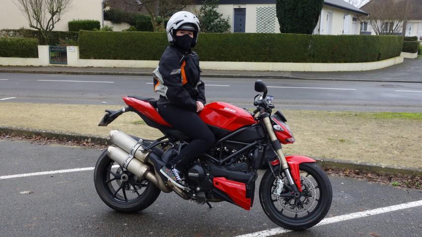 Mamzelle Laura pilote Ducati Streetfighter 848