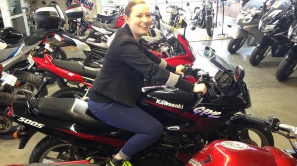 Mamzelle Laura sur sa moto