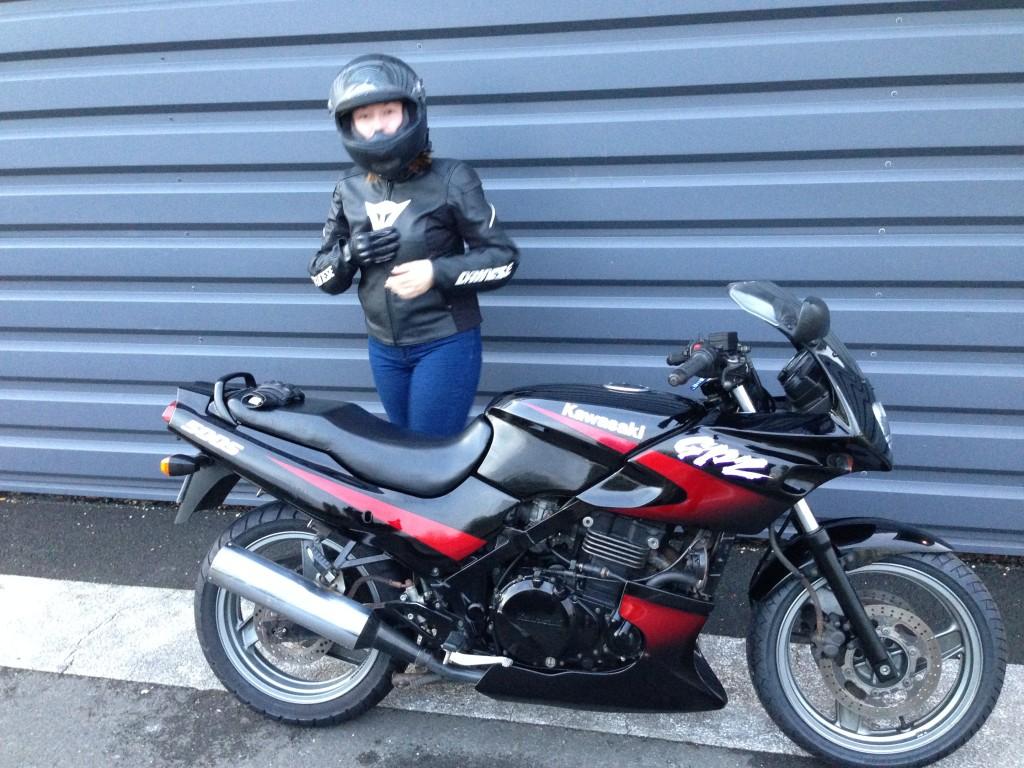Mamzelle Laura en route sur le GPZ avec son nouveau cuir Dainese