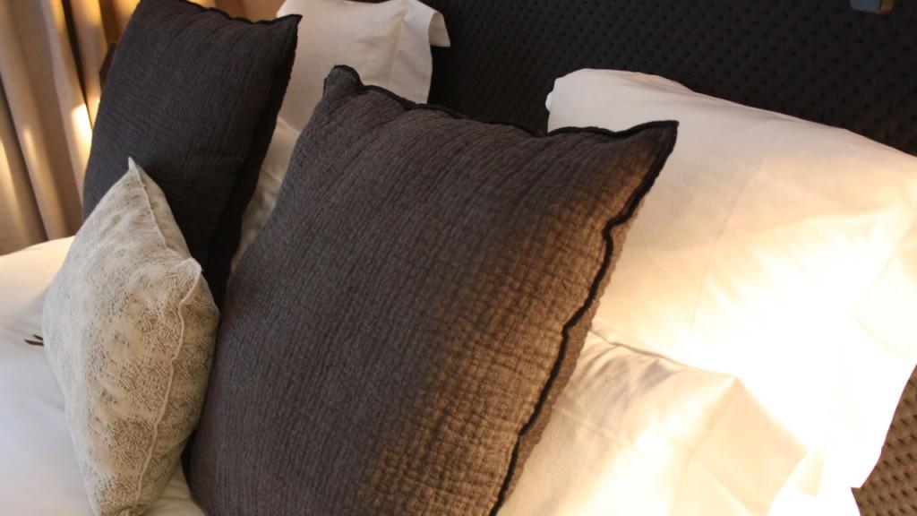 Coussins sur le lit...