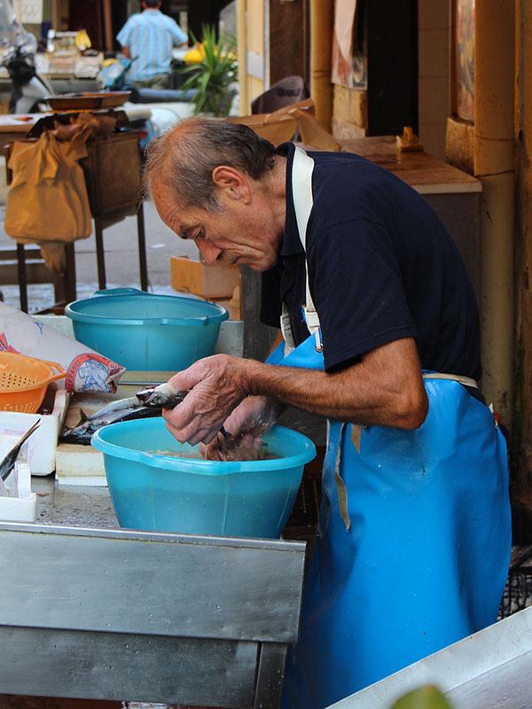 Poissonnier sur le marché de Ballaro